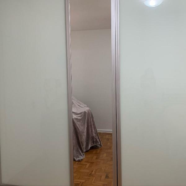 Guarda roupa de madeira maciça, vidro e espelho