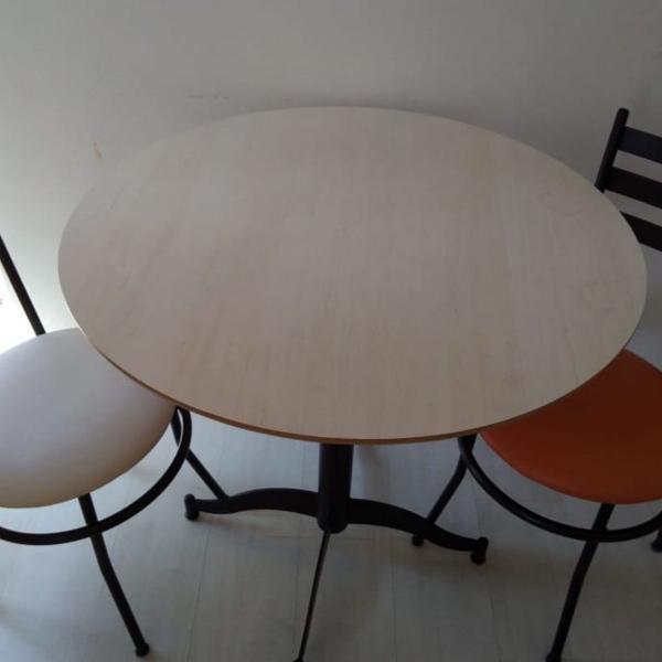 Linda mesa com duas cadeiras aramuni