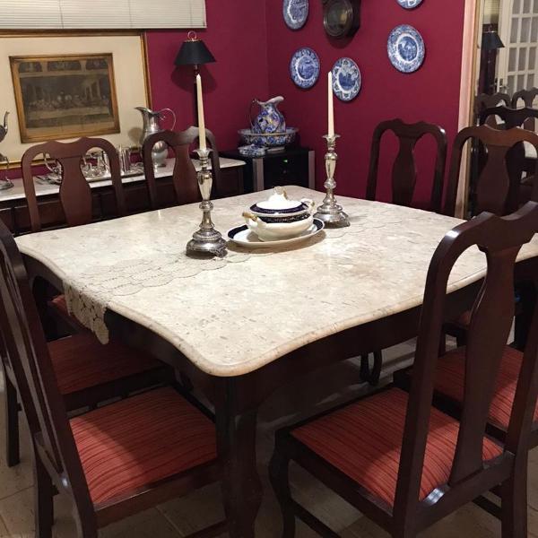 Mesa de jantar em mármore e madeira