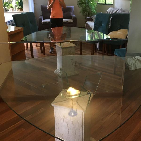 Mesa de vidro com pé de mármore