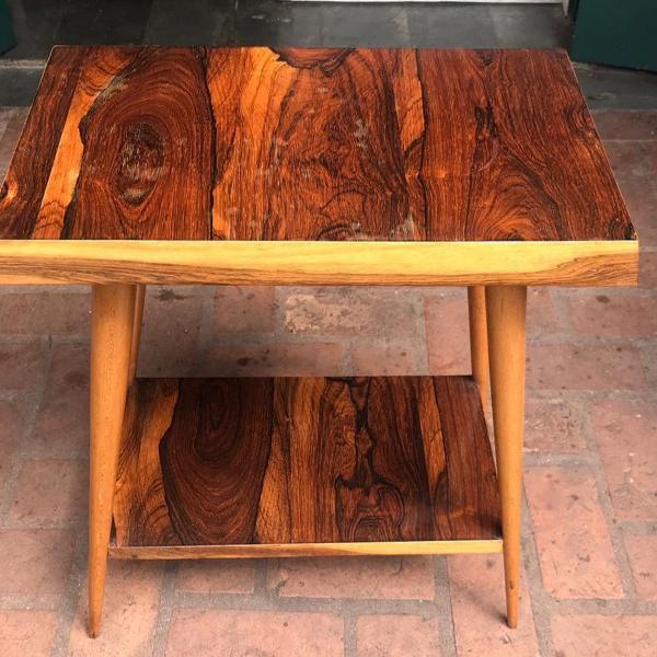 Mesa lateral retangular em madeira com pé palito