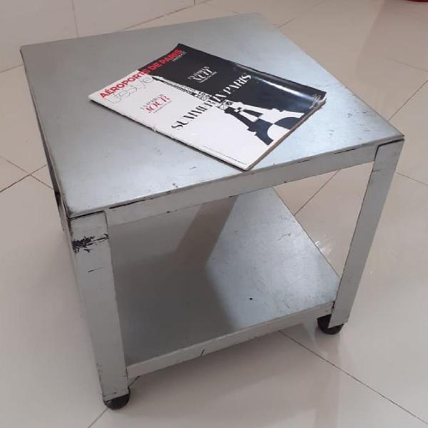 Mesa quadrada com rodinhas de ferro