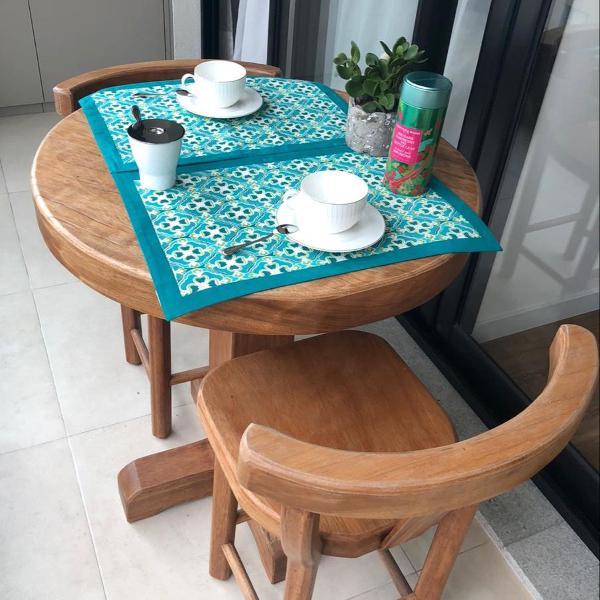 Mesa redonda de madeira maciça com duas cadeiras. nova!