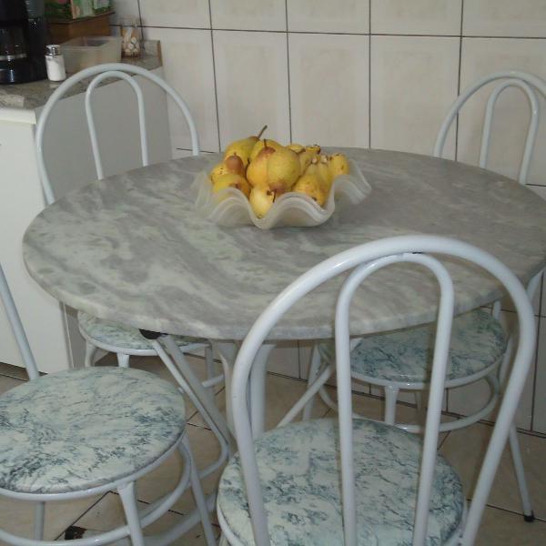 Mesa redonda de mármore + 4 cadeiras.