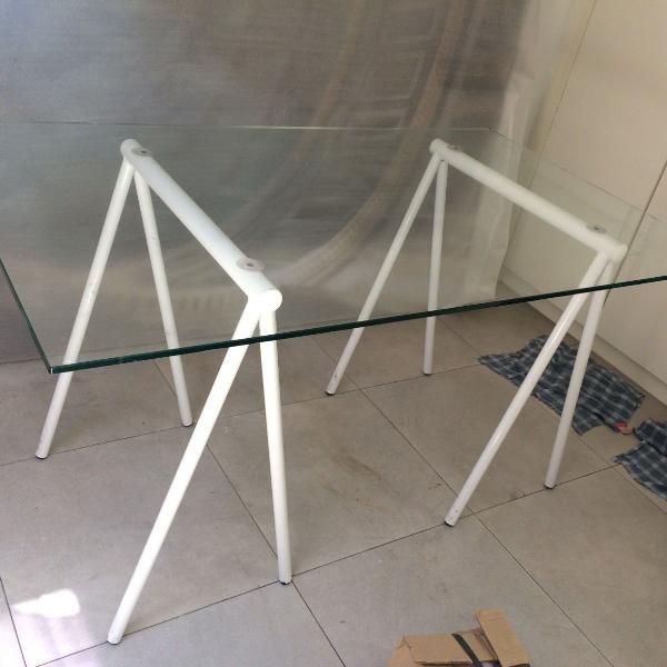 Mesa tampo vidro e cavalete