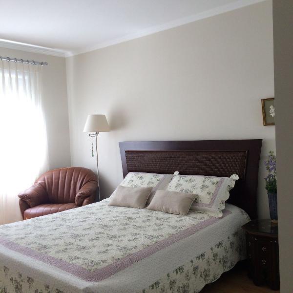 Oportunidade rara - cama queen de madeira maciça