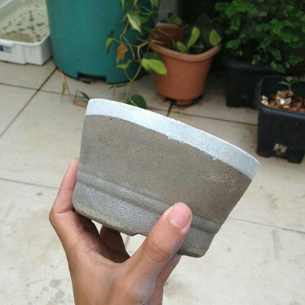 Vaso de cimento - detalhe em branco
