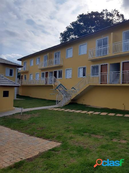 Casa a venda em condomínio fechado com 02 dormitório.