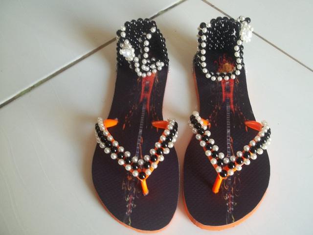 Sandálias tipo havaianas, estampadas e bordadas com