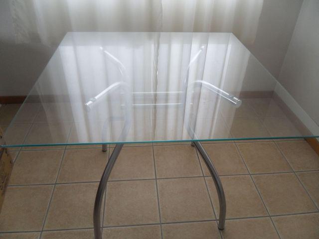 Vende-se mesa com tampo de vidro.