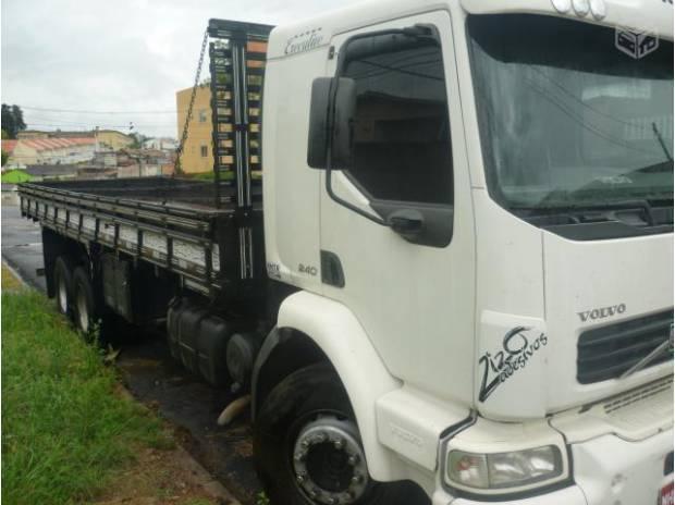 Excelente caminhão volvo vm 23 240 2005 com carroceria 8 m