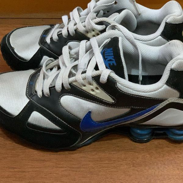 Nike shox masculino branco e preto, com molas azuis, tamanho
