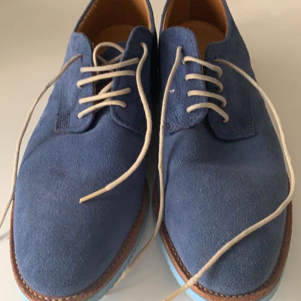 Sapato em nobuck azul jeans com solado de borracha azul