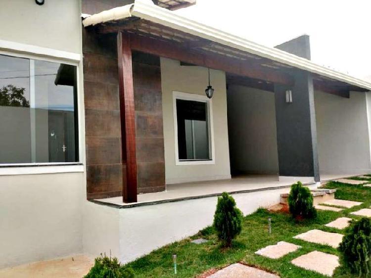 Casa para venda de três quartos, com ampla área externa no