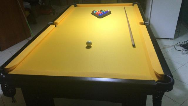 Mesa madeira 4 pés laterais | mesa preta | tecido amarelo |