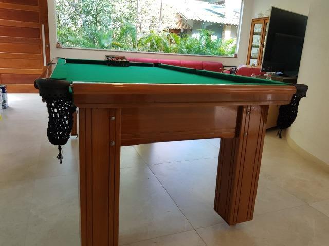 Mesa madeira carlin | mesa imbuia | tecido verde | modelo:
