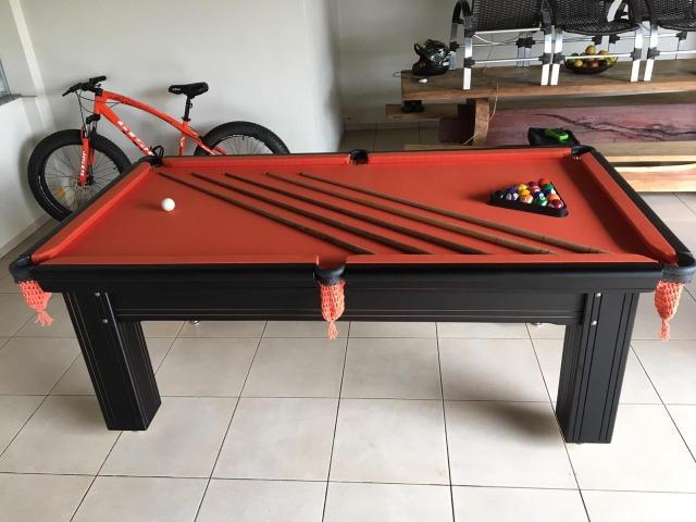 Mesa madeira quatro pés | mesa preta | tecido laranja |