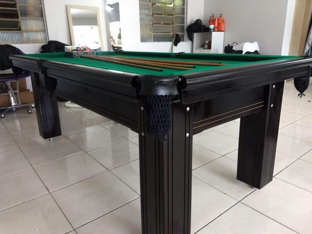 Mesa madeira semi oficial | mesa preta | tecido verde |