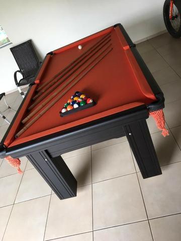 Mesa madeira de 4 pés | mesa preta | tecido laranja |