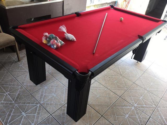 Mesa madeira de bilhar | mesa preta | tecido vermelho |