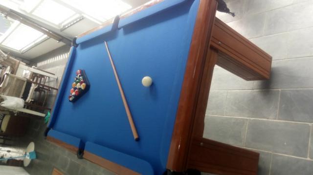 Mesa madeira de redinha | mesa imbuia | tecido azul |