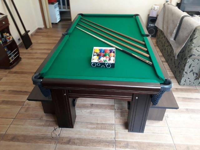 Mesa madeira de redinha | mesa preta | tecido verde |