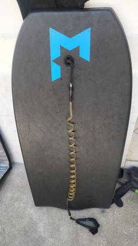 Prancha bodyboard, pé de pato e long