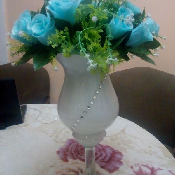 Arranjo com strass e buquê de rosas azuis do ateliê da