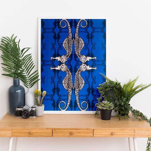 Cavalos marinhos bruxólicos - fundo azul klein