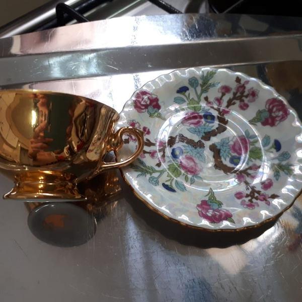 Conjunto de xícara e pires em porcelana