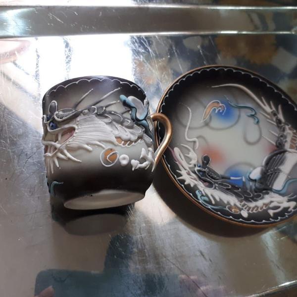 Conjunto de xícara e pires em porcelana japonesa