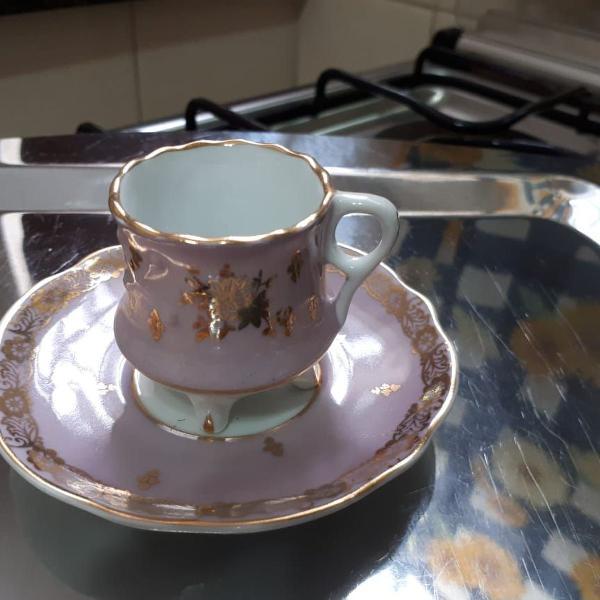 Conjunto de xícara e pires rosa em porcelana