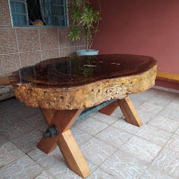 Mesa rústica de madeiras nobres