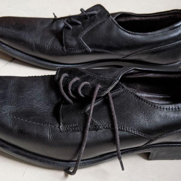 Sapato de couro preto quadrado