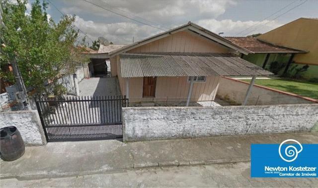 Casa madeira 03 dormitórios a 650m do mar de penha centro -