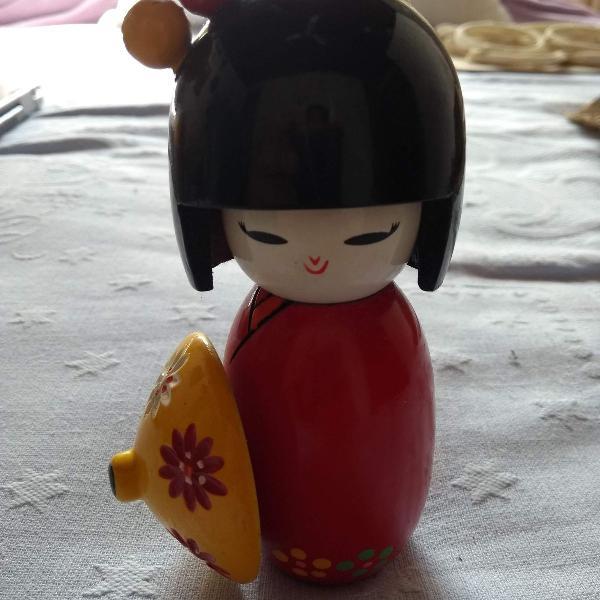 Boneca japonesa kokeshi com hashi