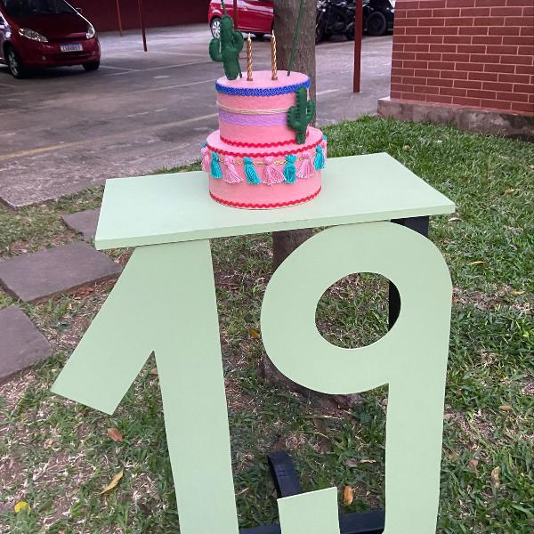 Mesa de aniversário com bolo falso