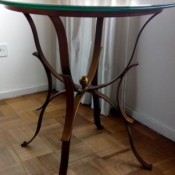 Mesa lateral com tampo em espelho, base de vidro e pés em