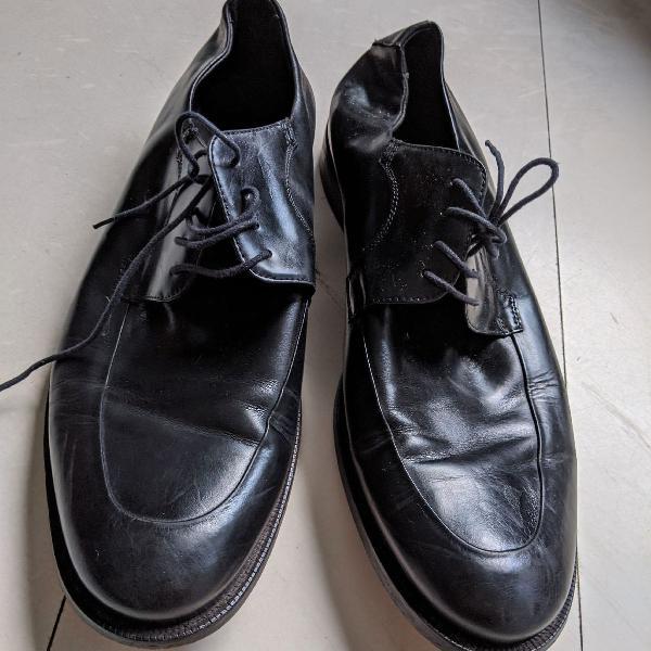Sapato masculino de couro preto e bico redondo