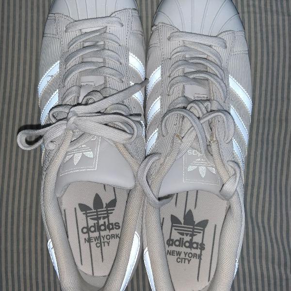 Tênis adidas modelo superstar