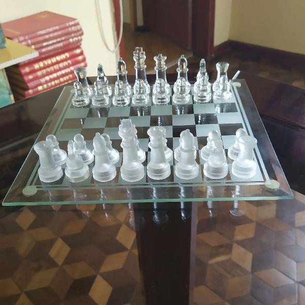 Xadrez de vidro com tabuleiro completo