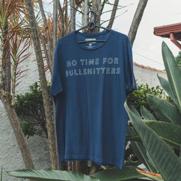 Camiseta azul com estampa minimalista