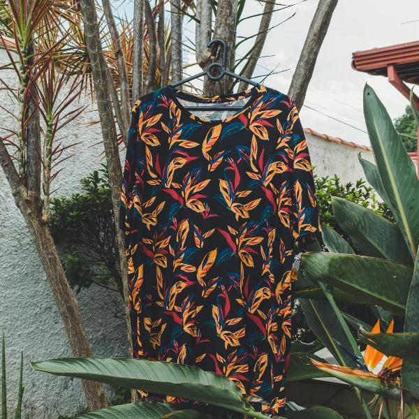 Camiseta com estampa de folhas e flores