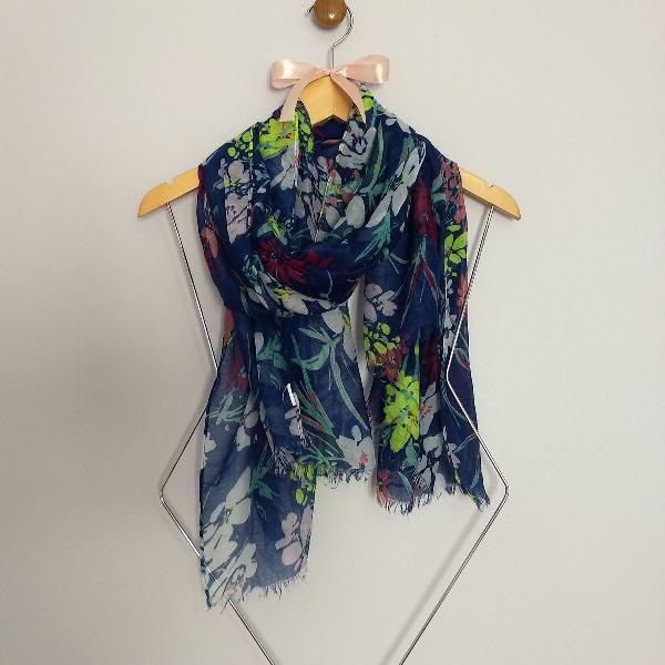Echarpe azul com estampa floral