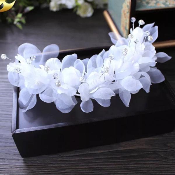 Headband em flores com organza e pedrinhas de brilho. um
