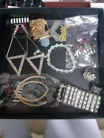Combo com bijuterias