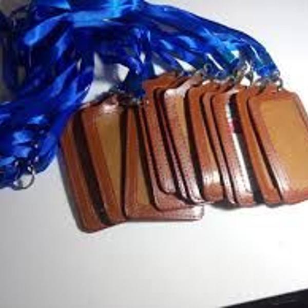 Kit 12 portas crachás em couro sintético