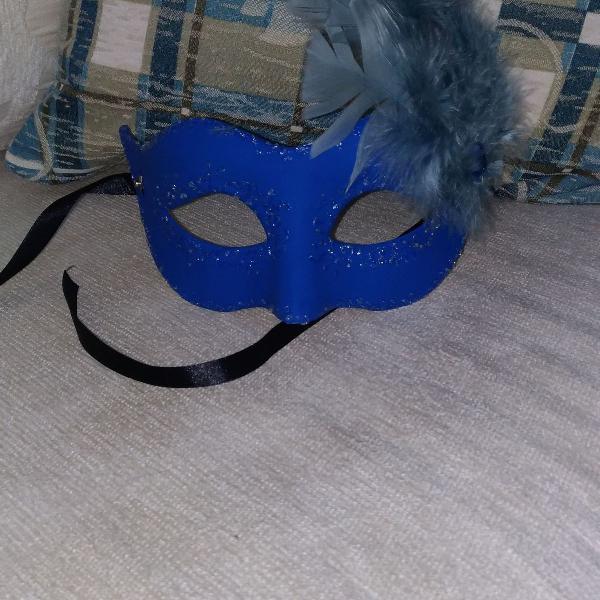 Mascara azul feminina com penas de amarrar