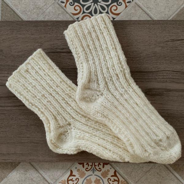 Par de meias feitas com crochê