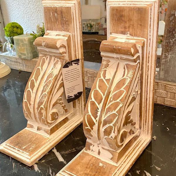 Cantoneiras de madeira artesanais indianas